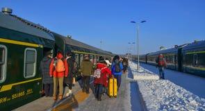 Пассажиры на железнодорожном вокзале стоковое фото rf