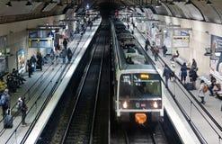 Пассажиры на платформе RER стоковое фото rf