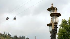 Пассажиры нося современной системы фуникулера от центра города к парку, Тбилиси видеоматериал