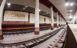 Пассажиры ожидают прибытия поезда на станции метро Стоковое фото RF