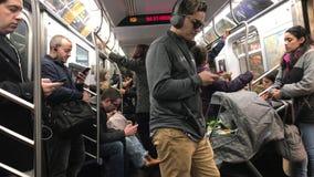 Пассажиры поезда q в NYC видеоматериал