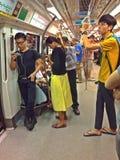 Пассажиры - поезд MRT стоковые изображения rf