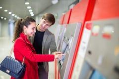 Пассажиры покупая билет метро стоковая фотография