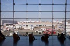 пассажиры полетов их ждать Стоковая Фотография