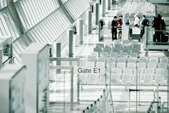 Пассажиры проверять-в к стробе стоковая фотография rf