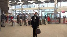 Пассажиры проходят через турникеты на новой станции Kutuzovskaya круга централи Москвы сток-видео