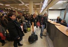Пассажиры сели на мель авиапортом, который 056 Стоковые Изображения