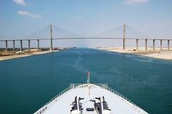 Пассажиры туристического судна пропуская через канал Суэца Стоковая Фотография