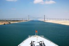 Пассажиры туристического судна пропуская через канал Суэца Стоковое фото RF