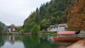 Пассажиры шлюпки ждать на озере Bled в Словении Стоковое фото RF