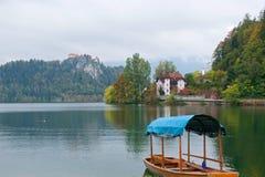 Пассажиры шлюпки ждать на озере Bled в Словении Стоковая Фотография RF