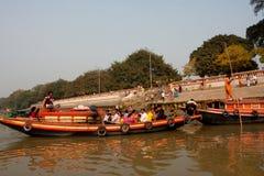 Пассажиры шлюпки реки ждут отклонение Стоковое Фото