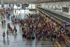 Пассажиры queue для того чтобы проверить внутри на авиапорте Стоковое Изображение RF