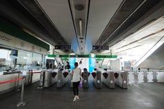 Пассажиры Skytrain на въездных ворота в станции подшипника BTS Стоковая Фотография RF