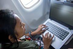 Пассажир воздушных судн смотрит тетрадь стоковые фотографии rf