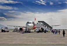 пассажир восхождения на борт самолета Стоковая Фотография