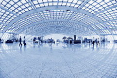 Пассажир в авиапорте Интерьер авиапорта Стоковые Изображения RF