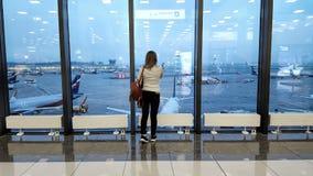 Пассажир ждет самолет на международном аэропорте, взгляд через окно, концепцию перемещения Стоковые Фотографии RF
