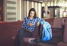 Пассажир женщины на месте ожидания ждать ее полет стоковая фотография