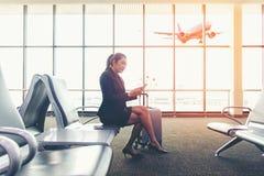 Пассажир женщин дела азиатский используя чернь Стоковые Фото