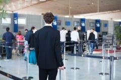 Пассажир ждать в авиапорте Стоковое фото RF