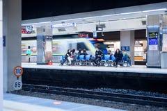 Пассажир ждать поезда на платформе TRA Стоковые Фото