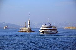 Пассажир и грузовой транспорт на Bosphorus Стоковые Изображения RF
