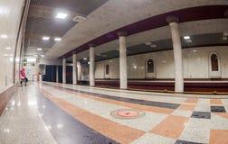 Пассажир ожидает прибытия поезда на станции метро Rossi Стоковые Изображения RF