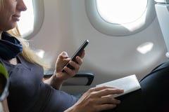 Пассажир полета воздуха сидя в воздушных судн Стоковые Фото