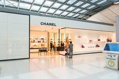 Пассажир смотря любознательно на выставочном зале Chanel на авиапорте Стоковые Изображения