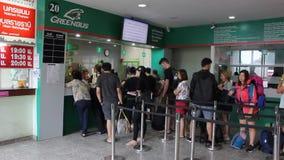 Пассажир шины на новом здании автобусной станции Chiangmai видеоматериал