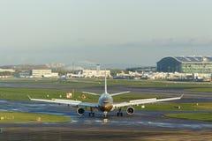 Пассажир Aricraft ездя на такси на авиапорте Стоковое Фото