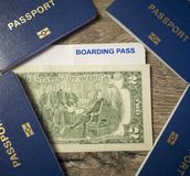 4 пасспорта, 2 доллара и посадочный талон на деревянной предпосылке, концепции перемещения семьи Стоковые Изображения RF