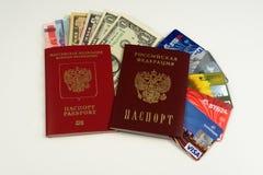 2 пасспорта, кредитные карточки, деньги Стоковое Изображение RF