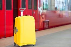 2 пасспорта на желтом багаже на вокзале Стоковое Изображение RF