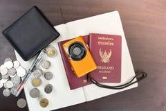 2 пасспорта Таиланда с цифровой фотокамера чеканят деньги и книгу t Стоковые Фото