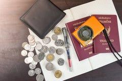 2 пасспорта Таиланда с цифровой фотокамера чеканят деньги и книгу t Стоковая Фотография