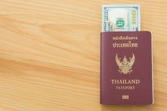 100 пасспортов долларовых банкнот Стоковое Фото