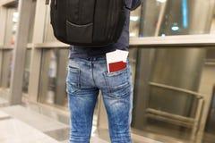 Пасспорты и посадочный талон крупного плана в карманн Стоковое Изображение