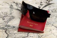 Пасспорты и солнечные очки Стоковое Изображение RF