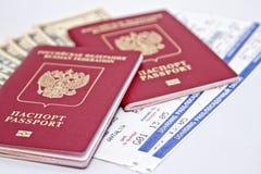 2 пасспорты, наличные деньги и билета к самолету Стоковые Изображения RF