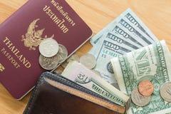 Пасспорт бумажника монеток долларовых банкнот Стоковое Изображение RF