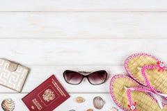 Пасспорт, бумажник, солнечные очки и кувырки на белой деревянной предпосылке Стоковая Фотография