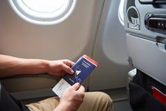 Пасспорт владением человека и билет полета стоковые изображения rf