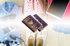 пасспорт и билет для отключения на запачканных костюмах аксессуаров pre стоковые фото