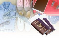 пасспорт и билет для отключения на запачканных костюмах аксессуаров pre стоковое изображение rf
