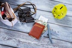 Пасспорт и самолет игрушки стоковая фотография rf