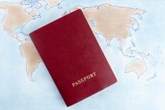 Пасспорт на карте мира Символизирует перемещение, каникулы Стоковые Изображения RF