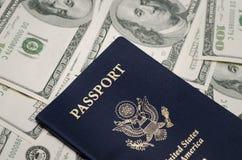 Пасспорт США и куча денег доллара США Стоковые Фото