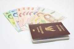 Пасспорт с деньгами стоковое фото